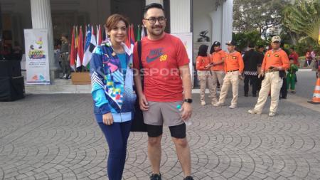 Najwa Shihab dan Prabu Revolusi mengikuti pawai obor Asian Para Games 2018. - INDOSPORT