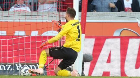 Kiper Stuttgart, Ron-Robert Zieler, kebobolan karena bola yang dilempar rekannya sendiri. - INDOSPORT