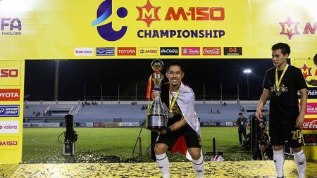 Bek Indonesia, Ryuji Utomo berhasil membawa klub Thailand PTT Rayong keluar sebagai juara kompetisi kastar kedua Thailand, Thai League 2. - INDOSPORT