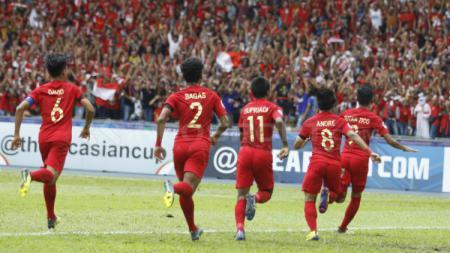 Beberapa pemain Timnas Indonesia U-16 saat akan melakukan selebrasi. - INDOSPORT