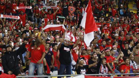 Aksi suporter tiada henti dukung timnas Indonesia di Bukit Jalil. - INDOSPORT
