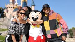 Indosport - Sepasang kekasih ini menyematkan berlibur ke Disneyland sebelum Neymar menjalani laga kontra Red Star