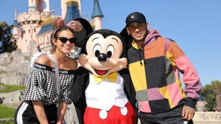 Sepasang kekasih ini menyematkan berlibur ke Disneyland sebelum Neymar menjalani laga kontra Red Star - INDOSPORT