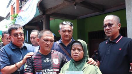 Perwakilan klub Liga 1 bersama keluarga Haringga Sirila. - INDOSPORT