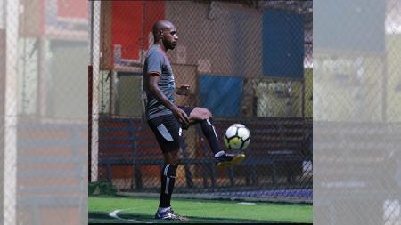 Sang Kapten Persipura, Boaz Solossa saat menjalani latihan ringan di Lapangan Futsal. - INDOSPORT