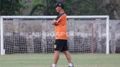 Indosport - Djanur memimpin latihan Persebaya Surabaya.