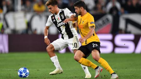 Paulo Dybala sedang mempertahankan bola dari rebutan pemain Young Boys. - INDOSPORT