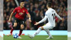 Indosport - Perebutan bola antara Alexis Sanchez dengan pemain Valencia