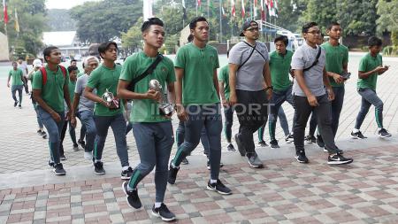 Para pemain Timnas Indonesia U-16 menuju kantor Kemenpora. - INDOSPORT