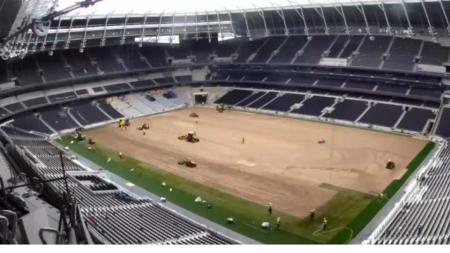 Proses pemasangan rumput di Stadion White Hart Lane milik Tottenham Hotspurs - INDOSPORT