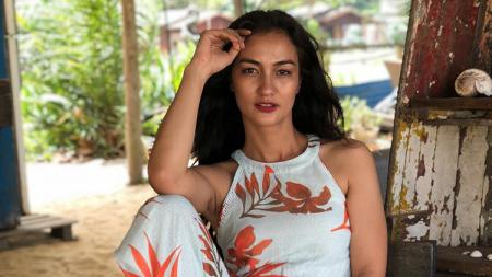 Rutin melakukan yoga, kecantikan alami aktris papan atas kenamaan Indonesia, Atiqah Hasiholan, menjadi buah bibir netizen. - INDOSPORT
