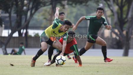 Pemain Timnas Sepakbola Indonesia U-19 harus jatuh bangun mengamankan bola. - INDOSPORT