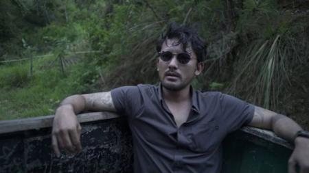 Aktor Indonesia Rio Dewanto saat bergaya di depan kamera. - INDOSPORT