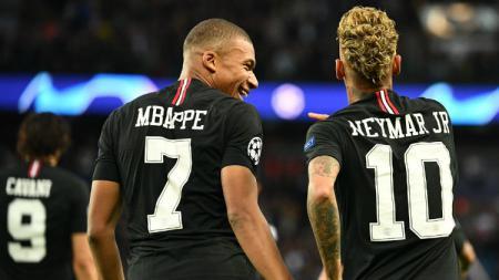 Kylian Mbappe dan Neymar berselebrasi saat PSG vs Red Star di Liga Champions. - INDOSPORT