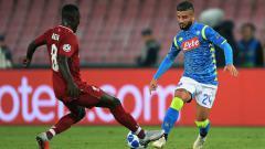 Indosport - Striker Napoli Insigne berduel dengan winger Liverpool Sadio Mane di Liga Champions.