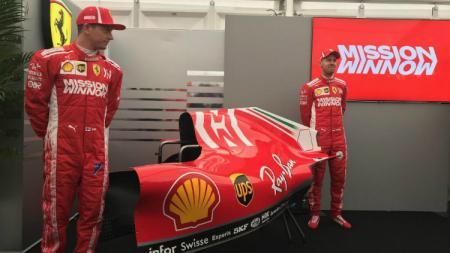 Sebastian Vettel dan Kimi Raikkonen kala memperkenalkan livery baru. - INDOSPORT