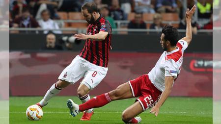 Higuain (kiri) dihadang pemain Olympiakos - INDOSPORT