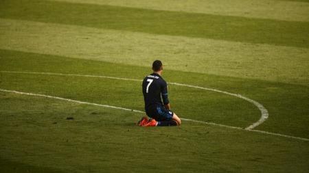 Ronaldo sedang bersimpuh di lapangan hijau - INDOSPORT