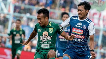 Duel antar pemain Arema Fc melawan Persebaya Surabaya. - INDOSPORT