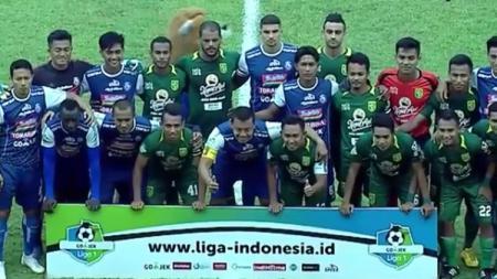 Sesi foto pemain Arema FC melawan Persebaya sebelum kick off. - INDOSPORT