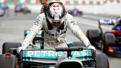 Indosport - Lewis Hamilton sempat mempersoalkan apa yang dilakukan Charles Leclerc pada balapan Formula 1 2019 di GP Italia, Minggu (08/09/19).