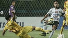 Indosport - Gelandang Bali United, Muhammad Taufiq (kanan).