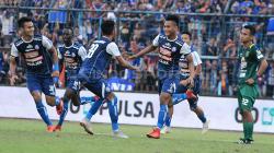 Ahmad Nur Hardianto melakukan selebrasi gol setelah membobol gawang Persebaya di menit 69.