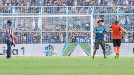 Aremania ejek Kiper Persebaya Surabaya. - INDOSPORT