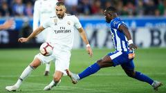 Indosport - Karim Benzema dihadang pemain Alaves.