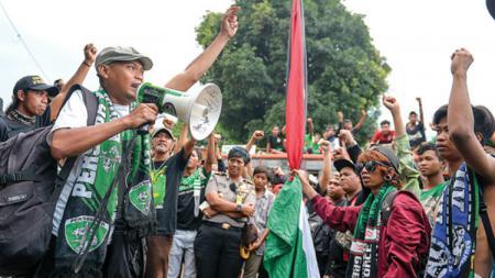 Salah satu pentolan Bonek Andie Peci turut memberikan reaksi tak biasa usai tahu Andik Vermansah resmi gabung ke Bhayangkara FC. - INDOSPORT