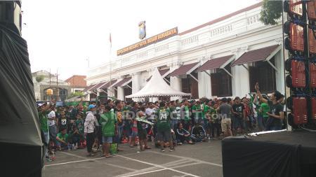 Ribuan Bonek nobar di halaman Polrestabes Surabaya. - INDOSPORT