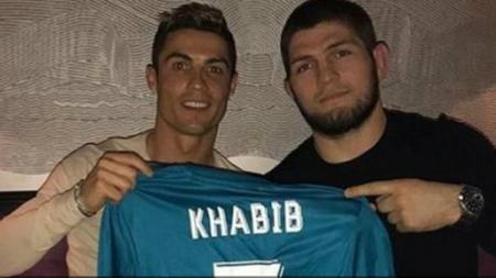 Khabib Nurmagomedov berfoto bersama Cristiano Ronaldo. - INDOSPORT