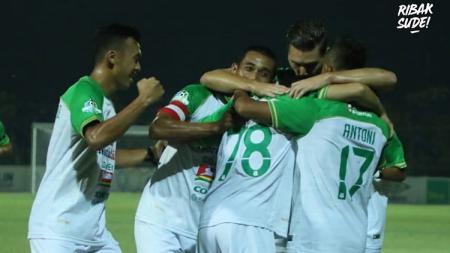 Para pemain PSMS Medan merayakan gol. - INDOSPORT