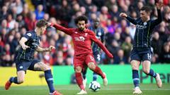 Indosport - Mohamed Salah diapit ikeh dua pemain Manchester City.