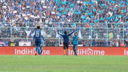 Suporter Arema FC yang melakukan penimpukan terhadap para pemain Persebaya. - INDOSPORT