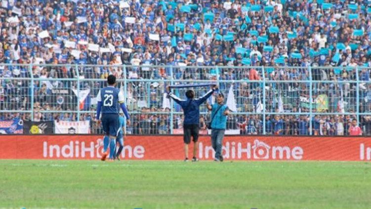 Suporter Arema FC yang melakukan penimpukan terhadap para pemain Persebaya. Copyright: Emosi Jiwaku/Joko Kristiono