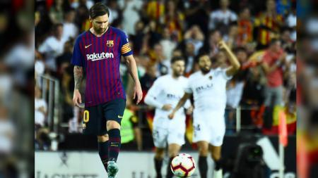 Lionel Messi tampak lesu usai Barcelona kebobolan terlebih dahulu oleh Valencia dalam ajang La Liga Spanyol, Senin (08/10/18). - INDOSPORT