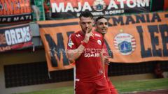 Indosport - Selebrasi Marco Simic (Persija Jakarta) saat membobol gawang Perseru Serui.