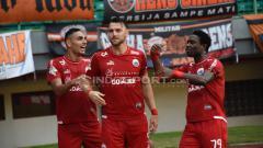 Indosport - Selebrasi Marco Simic (Persija Jakarta) saat membobol gawang Perseru Serui hadiah penalti dari wasit.