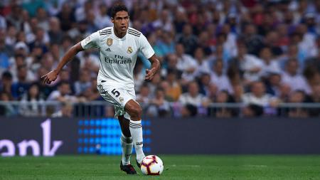 Raphael Varane, bek tengah Real Madrid saat bermain di Santiago Bernabeu akhir pekan lalu. - INDOSPORT