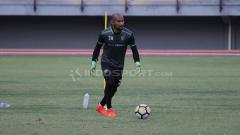 Indosport - Kiper Persela Lamongan, Alfonsius Kelvan merupakan salah pemain mualaf yang turut merayakan hari Idulfitri.