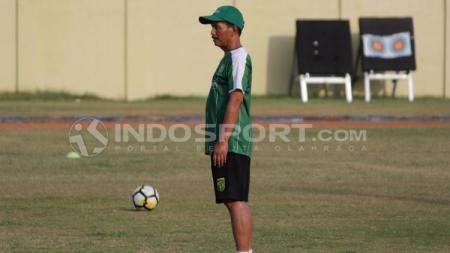 Djajang Nurdjaman saat memimpin latihan Persebaya Surabaya. - INDOSPORT