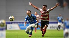 Indosport - Airlangga Sutjipto saat pertandingan Persib vs Madura United dalam laga pekan ke-24 Liga 1 2018.