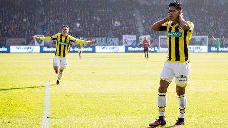 Gelandang Vitesse, Navarone Foor yang keturunan Maluku cetak gol spektakuler di kasta tertinggi sepak bola Belanda, Eredivisie musim 2018/19. - INDOSPORT
