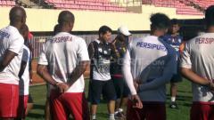 Indosport - Pelatih Persipura Jayapura, Oswaldo Lessa saat mendampingi anak asuhnya berlatih.