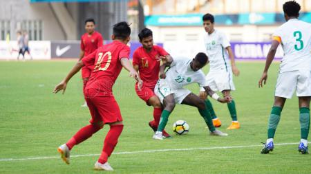 Duel antara pemain Timnas Indonesia U-19 vs Arab Saudi U-19. - INDOSPORT