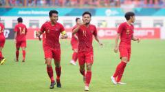 Indosport - Selebrasi Saddil Ramdani bersama teman setimnya setelah membobol gawang Saudi Arabia.