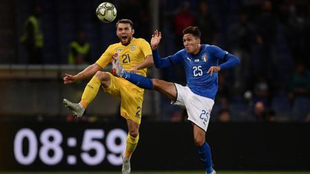 Federico Chiesa (kanan) menunjukkan kemampuan nutmeg di laga Euro U-21 2019 menghadapi pemain Real Madrid, Dani Ceballos. - INDOSPORT