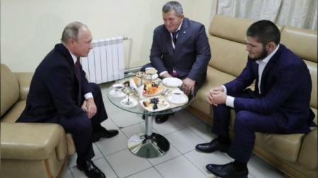 Presiden Vladimir Putin memberikan selamat langsung kepada Khabib Nurmagomedov. - INDOSPORT
