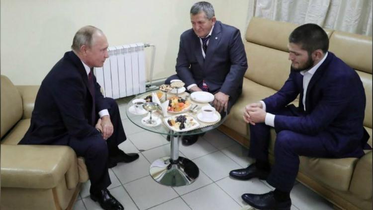 Presiden Vladimir Putin memberikan selamat langsung kepada Khabib Nurmagomedov. Copyright: Sputnik/Mikhail Klimentyev/Kremlin via REUTERS